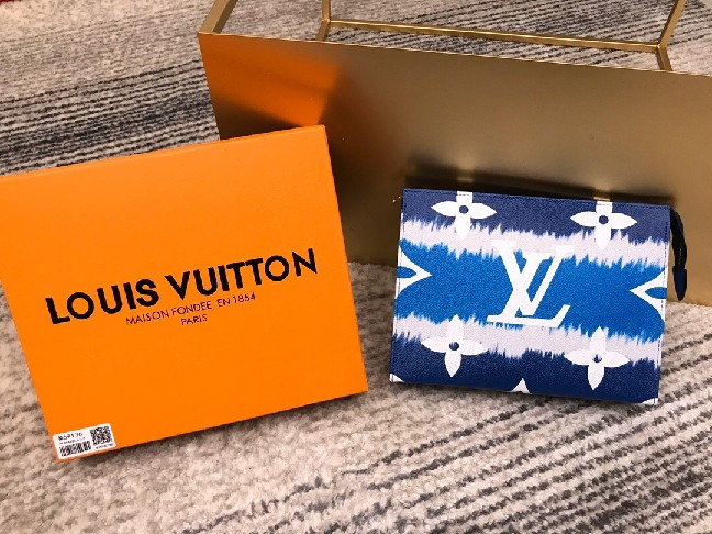 Louis Vuitton LV ESCALE POCHE TOILETTE 26 M69136 Blue